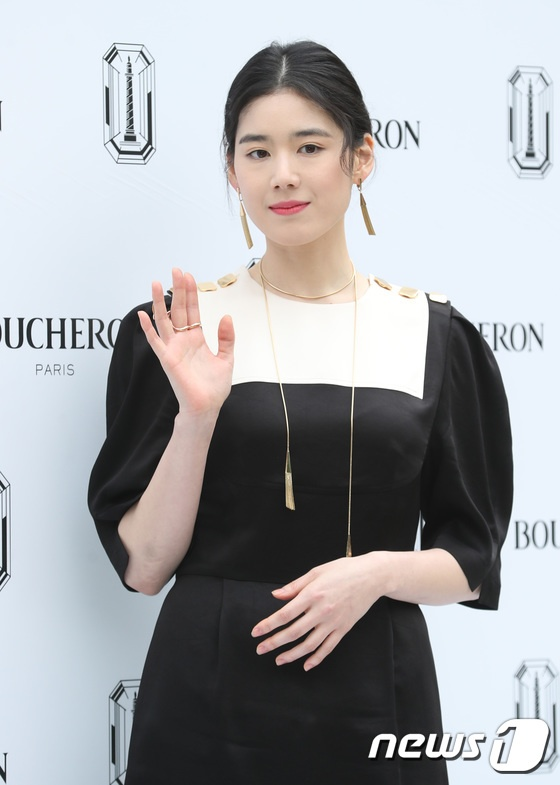 Sulli sang chảnh quyến rũ, đọ sắc với mỹ nhân 41 tuổi  Kim Ha Neul, khán giả Hàn nói gì? ảnh 16