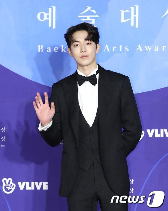"""Nam Joo Hyuk """"bén duyên"""" cùng noona trong phim """"Dazzling"""" đài JTBC năm 2019."""