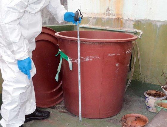 Khối bê tông chứa xác D sau đó được cho vào thùng nhựa.