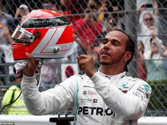 Và đó cũng là ngày ngập tràn trong sự đau đớn, khi Hamilton đội mũ bảo hiểm retro có tên Lauda trên đó – giống như chiếc Lauda đeo khắp nơi để che giấu vết sẹo xấu nhất trên mặt mà anh ta phải chịu khi bị bỏng Ferrari 43 năm trước.
