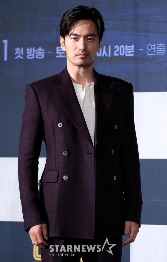 Lần đầu trong K-biz: Nữ ca sĩ bị dư luận ném đá chỉ vì chọn Lee Jin Wook làm mẫu bạn trai lý tưởng ảnh 3