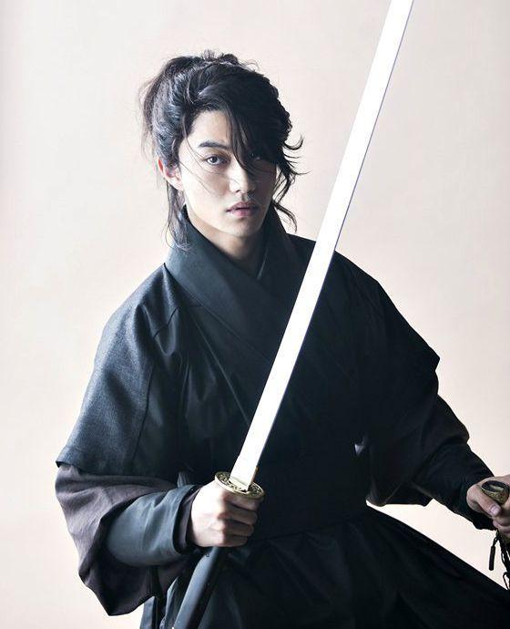 Dong Yeon chính là chàng thị vệ Kim từng đốn tim nhiều fan nữ qua bộ phim Mây hoạ ánh trăng.