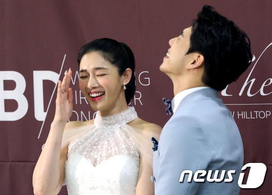 Lee Jun Ki  Song Jae Rim cùng sao Hàn dự đám cưới Sun Woo Sun và đạo diễn Goblin kém 11 tuổi ảnh 1