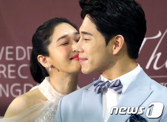 Lee Jun Ki  Song Jae Rim cùng sao Hàn dự đám cưới Sun Woo Sun và đạo diễn Goblin kém 11 tuổi ảnh 2