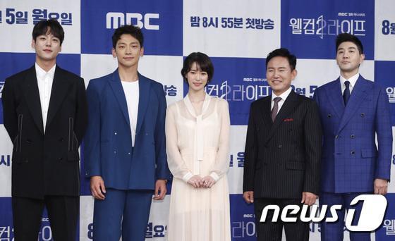 Họp báo Welcome 2 Life: Bi Rain tình tứ dìu tay và ôm eo Lim Ji Yeon, Kwak Si Yang bảnh trai ảnh 0