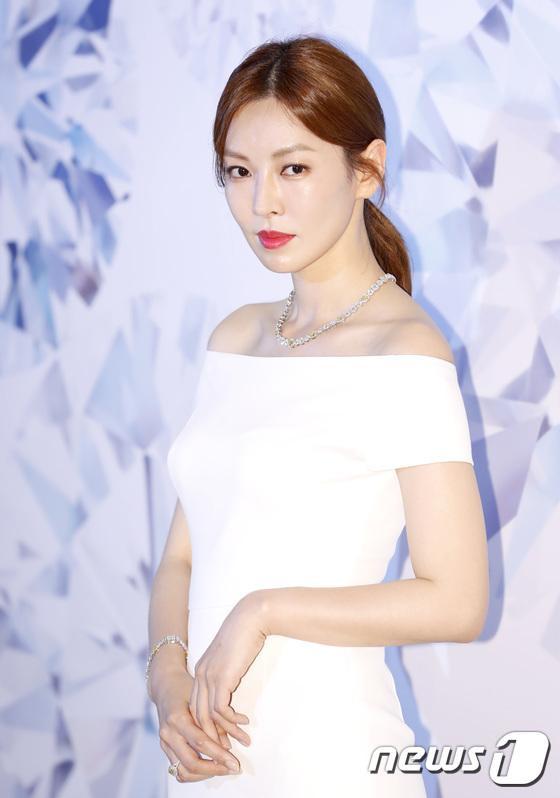 Mỹ nhân 38 tuổi Kim So Yeon quyến rũ qua thần thái chuyên nghiệp, khoe vai trần gợi cảm.