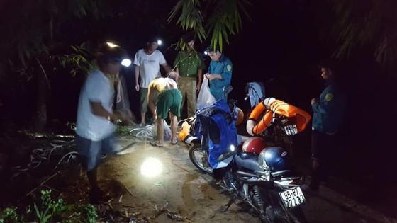 Lực lượng chức năng tổ chức tìm kiếm các nạn nhân gặp nạn trong đêm. Ảnh: báo Người Đưa Tin