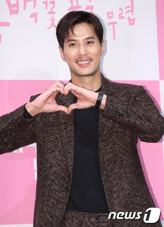 Họp báo Khi hoa trà nở: Gong Hyo Jin không nhịn được cười vì chàng ngố Kang Ha Neul  Kim Ji Suk ảnh 8