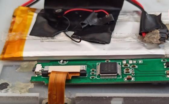 Thiết bị thu thập dữ liệu được gắn trên bàn phím máy ATM