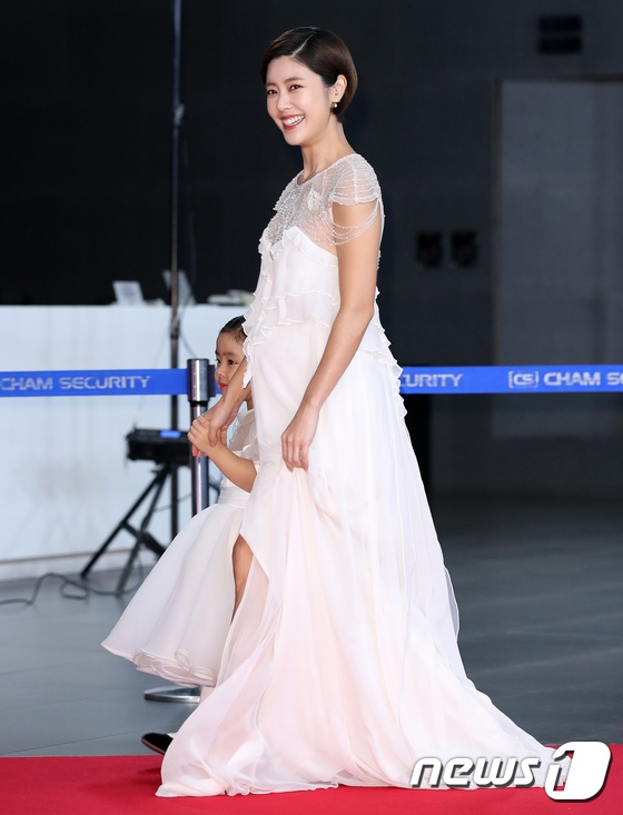 Diễn viên Lee Yoon Ji và con gái.