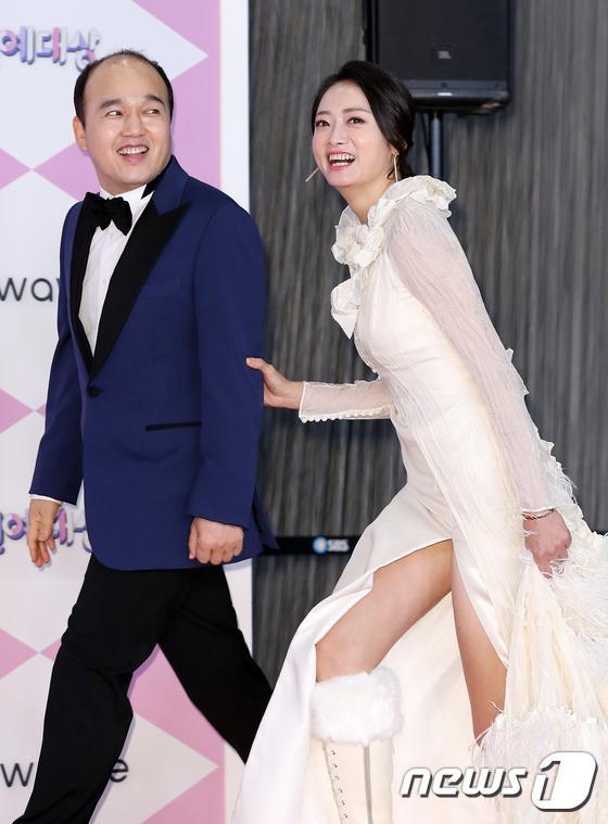 Kim Kwang Kyu và Cho Ha Na.