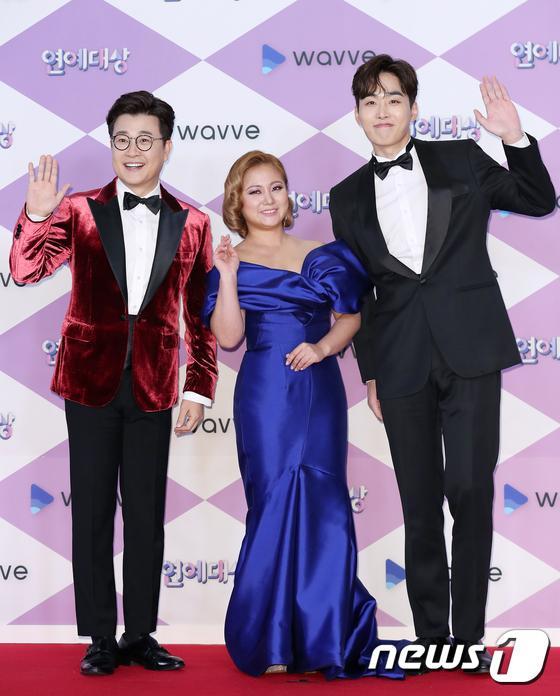 Người dẫn chương trình Kim Sung Joo, Park Na Rae và Jo Jung Sik.