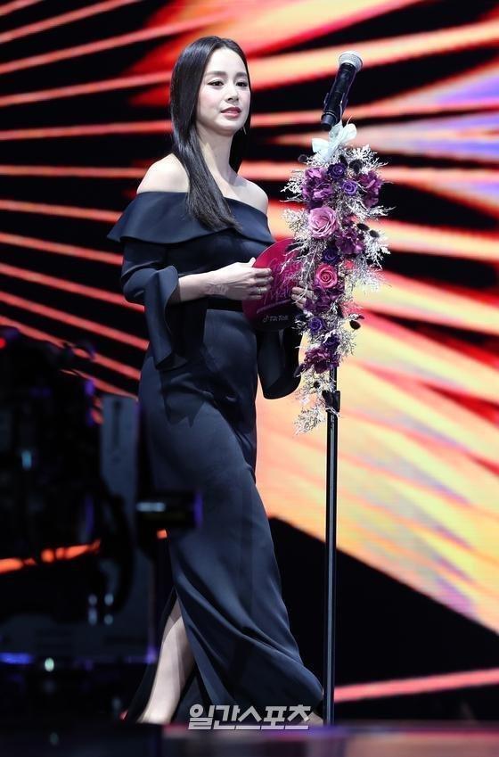 Ở góc chụp nghiêng, Kim Tae Hee còn lộ bụng to ngấn mỡ
