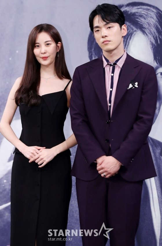 Kim Jung Hyun nhận vô số lời chỉ trích vì có thái độ vô cảm, từ chối khoác tay Seohyun ở họp báo.