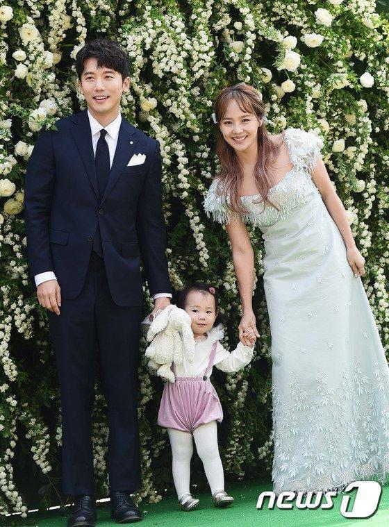 10 cặp đôi, vợ chồng     nổi tiếng nhất Kbiz: Jung Kyung Ho tặng Sooyoung (SNSD) 1000 bông hồng ảnh 1