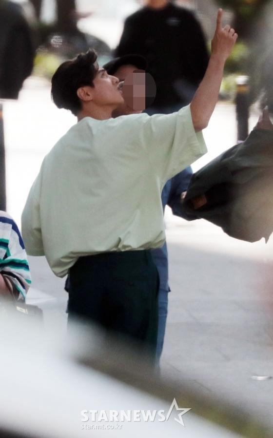 Ảnh chụp lén Won Bin (42 tuổi) trên phố khiến Knet điên đảo: Lee Na Young mất chồng như chơi! ảnh 2