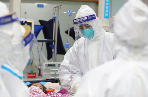 Các bác sĩ điều trị cho một bệnh nhân ở Vũ Hán.