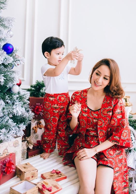 Từ việc thử quần áo mới, nhận quà Giáng sinh, chơi đàn cùng mẹ đều khiến cậu nhóc rất thích thú và luôn tươi cười rạng rỡ. Niềm vui của con trai chính là sự hạnh phúc lớn nhất của bậc làm cha mẹ.