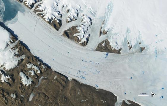 Hồ nước hình thành do sự tan chảy của sông băng Petermann ở Greenland.