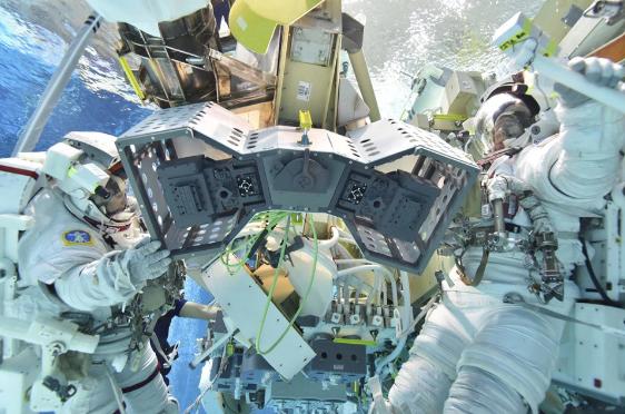 Các phi hành gia đang lắp ráp robot để đưa bộ phận cơ khí ra bên ngoài ISS.