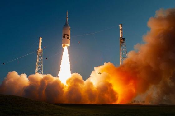 Phiên bản thử nghiệm của tên lửa Orion được phóng lên bầu trời.