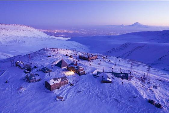 Tọa lạc tại dãy núiAragats ởArmenia, xấp xỉ 1/3 chiều cao của đỉnhEverest, nhiệt độ xung quanh trạm nghiên cứu vào mùa đông hoàn toàn có thể hạ gục một người trưởng thành khỏe mạnh.