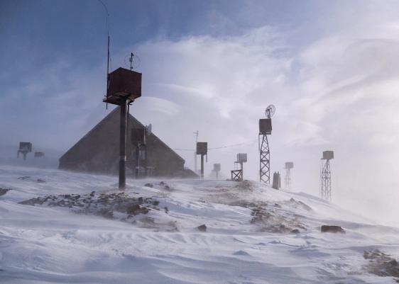 Muốn đến được trạm nghiên cứu, các nhà khoa học phải băng qua đoạn đường 14 km trong tuyết lớn và gió gào.
