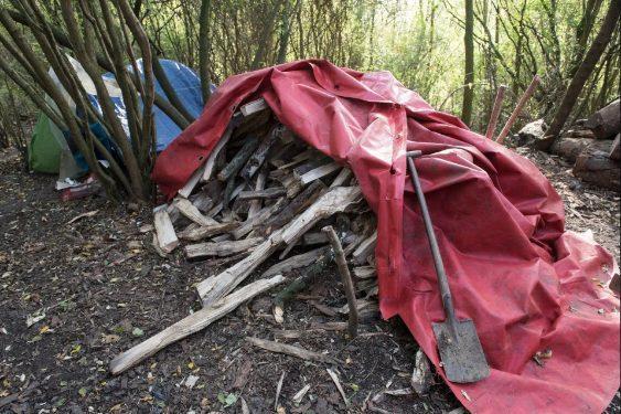 Cuộc sống thiếu thốn trăm bề trong khu trại.