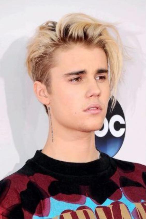 """Thay vì nhuộm toàn bộ cả đầu một màu thì anh chàng này lại sử dụng cách nhuộm highlight từng lọn tóc, nhưng không phủ chân tóc để ta có cảm giác """" lộn xộn"""" nhưng lại cực kì hợp lí đến kì lạ."""