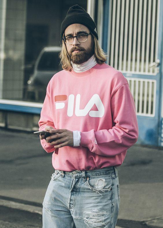 Bạn biết đấy, streetwear dành cho mọi người mọị đối tượng đâu chỉ giới trẻ. Kể cả màu sắc ngọt ngào như FILA sweater hồng tín đồ cứng cựa này sử dụng cũng chẳng thành vấn đề.