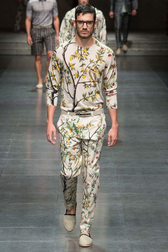 Áo thun tay dài đóng thùng với quần kaki in họa tiết hoa lá, trái cây sẽ là combo trang phục đẹp mắt cho chàng thoải mái du xuân.