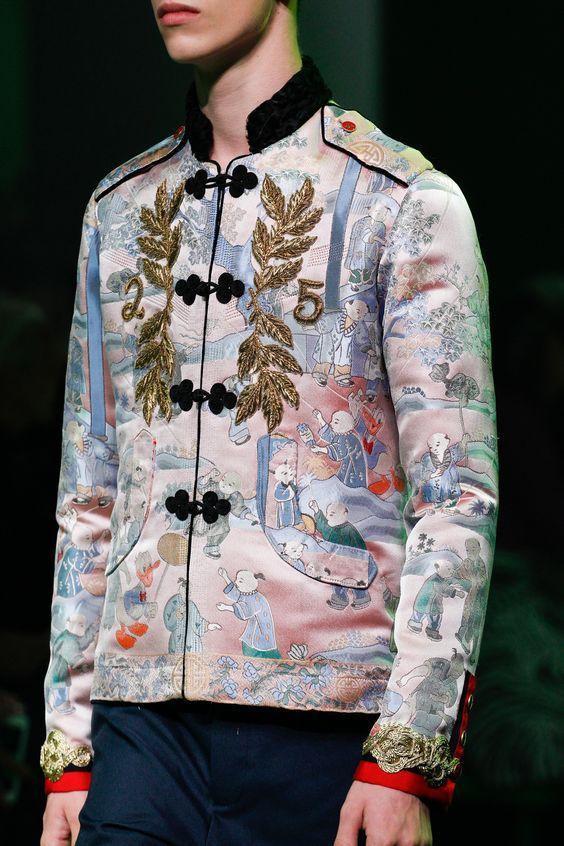 Ngoài cách in, họa tiết hoa lá còn được đưa vào trang phục bằng cách đính kết, thêu… Chỉ cần một chi tiết nhỏ đã đủ giúp set đồ các chàng trở nên nổi bật.