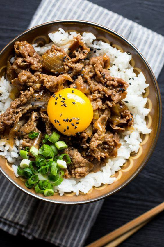 Lương thực chính là cơm tẻ: Cơm tẻ ăn với rau, đậu hũ hoặc cá, ngoài chắc bụng còn giúp cân đối dinh dưỡng, không dễ gây béo so với thức ăn chế biến bằng bột mì như bánh mì, bánh ngọt…Bí quyết giúp phụ nữ Nhật Bản trẻ lâu và thon thả.