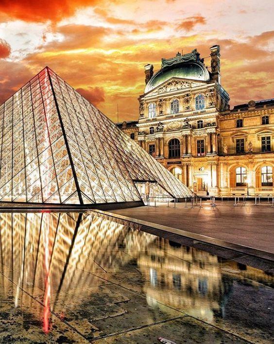 Cấu trúc của Viện bảo tàngLouvre rất độc đáo với 3 cánhCánh Devon (phía Nam), Cánh Sully (phía Đông) và Cánh Richelieu (phía Bắc). Từ 3 cánh đềucó những lối dẫn du khách vào tham quan bảo tàng. Không chỉ vậy,sự góp mặt của mô hình Kim Tự Tháp bằng kính (Pyramid) nằm ở chính giữa sân Napoléon càng khiến Viện bảo tàngLouvre thêm phần độc đáo.