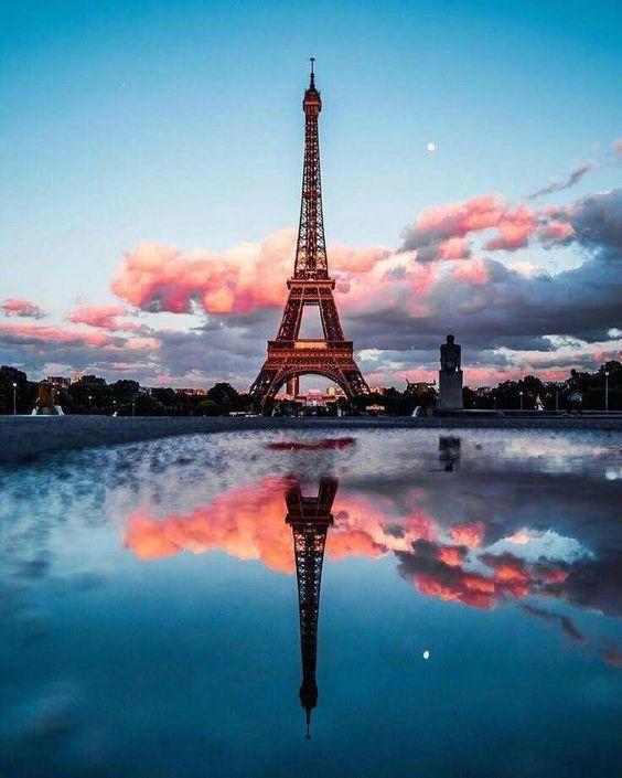 Tầng 2 của tháp có diện tích 4.200 m2 với sức chứa tối đa lên đến 3.000 cùng lúc. Trong khi đó, diện tích mặt sàn của tầng 3 là 1.650 m2, cùng lúc chứa tới 1.600 người. Tại 2 tầng này, du khách có thể ngắm nhìn toàn cảnh thành phố Paris. Tầng 4 củatháp Eiffel hạn chế du kháchdo hệ thống thang máy và thang bộ chỉ dẫn đến tầng 3.