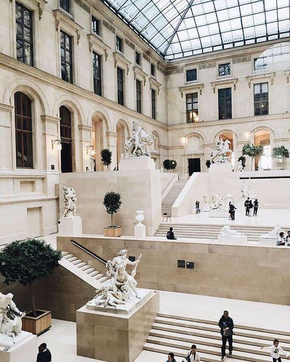 Bảo tàng hiện đang lưu giữ khoảng 380.000 hiện vật nhưng chỉ có khoảng 35.000 hiện vật được trưng bày thường xuyên, bao gồm các tác phẩm nghệ thuật phương Tây từ Trung Cổ cho tới năm 1848, các nền văn minh cổ và nghệ thuật Hồi giáo. Viện bảo tàng Louvre có hàng ngàn kiệt tác nghệ thuật vô giá nhưng có lẽ nổi tiếng nhất trong số đó chính là bức tranh nàng Mona Lisa.