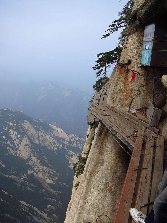 Núi Hóa Sơn nổi tiếng với những vách đá dựng đứng.