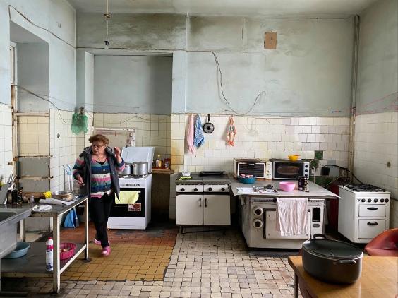 Ngay cả gian bếp cũng đậm phong cách thời Xô viết.