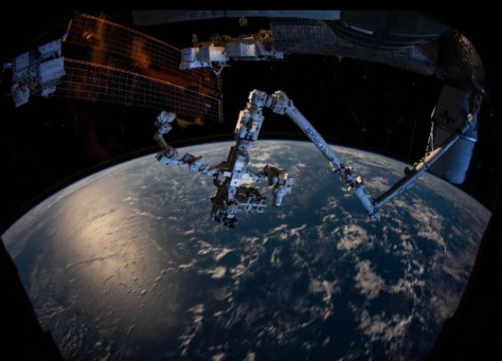 Cánh tay của robot Canadarm2 nhô ra từ một bên ISS.