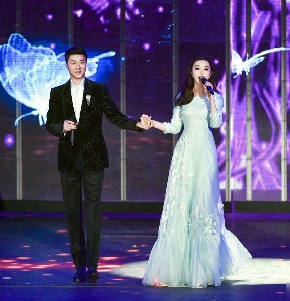 Ông từng hát song ca với con gái trên đài truyền hình Trung Ương CCTV.