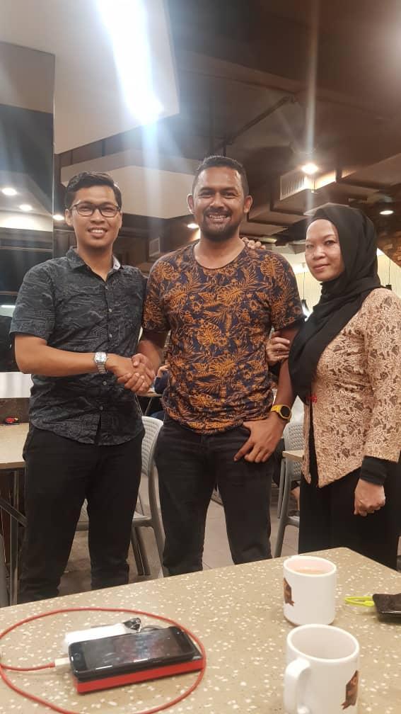 Cả ba người cùng nhau đi ăn để hòa giải căng thẳng lúc trước.