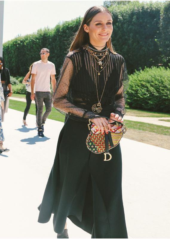 Không hổ danh là fashionista hàng đầu thế giới, Olivia đã xử lí ngon ơ vòng cổ layer với set đồ đen xuyên thấu, khiến bộ cách vừa thời thượng lại vừa trang nhã như tính cách của cô nàng.