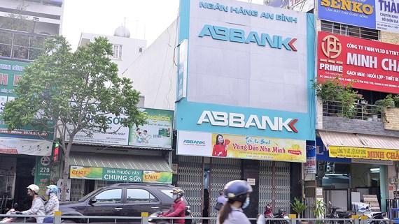 Ngân hàng ABbank bị 2 đối tượng bịt mặt vào hô lớn, đe dọa cướp tiền không thành.