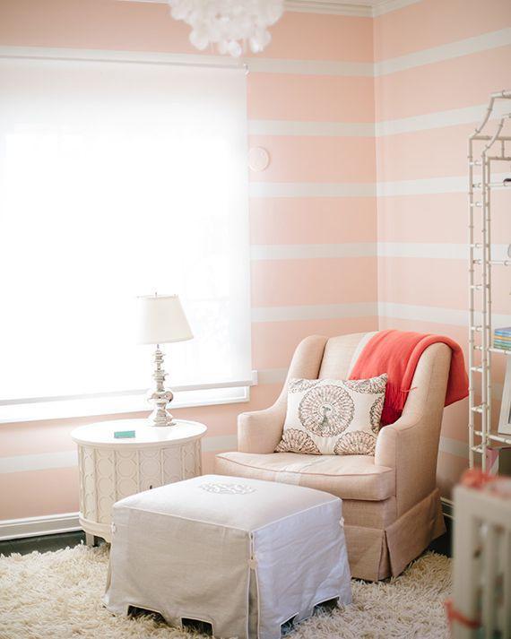 Bức tường hồng với những đường kẻ sọc màu trắng đem đến sự dịu nhẹ và cảm giác ngọt ngào cho căn phòng của bé yêu.