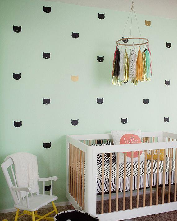Thêm một fan của những chú mèo thì đơn chỉ là những hình vẽ trên tường, một vòng đồ chơi đầy màu sắc là đủ.