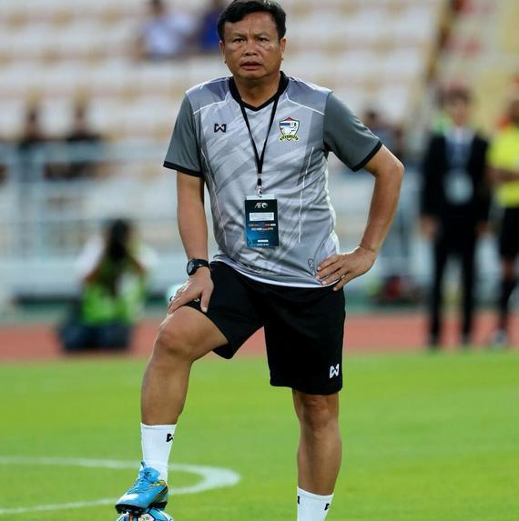 HLV Thái Lan Sirisak Yodyardthai thích chạy bộ trong thời tiết nóng bức.