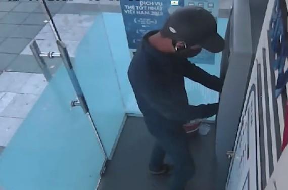 Nghi phạm thực hiện lắp đặt thiết bị trộm cắp thông tin tại cây ATM.