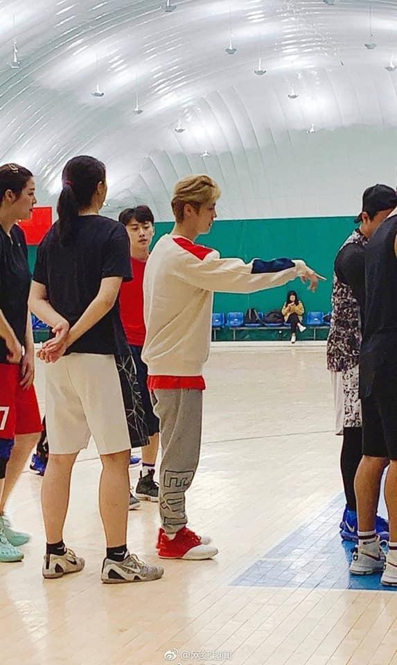 Hơn 1 năm rưỡi công khai yêu nhau, Quan Hiểu Đồng ngọt ngào khi chờ đợi bạn trai Lộc Hàm chơi bóng rổ cùng với Đặng Siêu ảnh 1