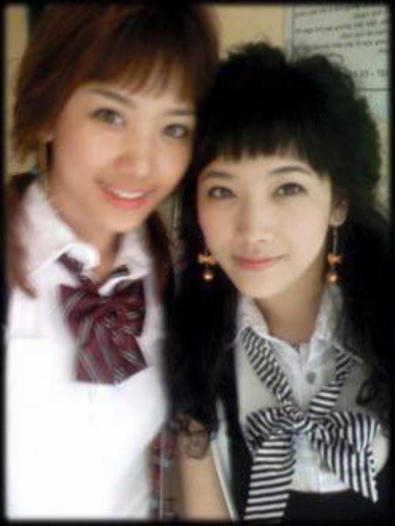 Hari Won và ảnh chụp cùng em gái năm 20 tuổi. Nhiều người nhận xét rằng hai chị em có nhiều nét tương đồng và em gái Hari thì lại có phần xinh xắn sắc sảo hơn chị gái.