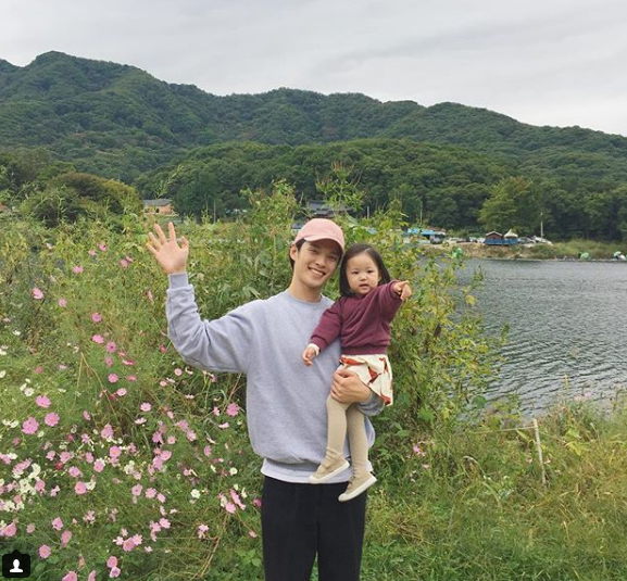 Ông bố điển trai bên cạnh cô con gái nhỏ.